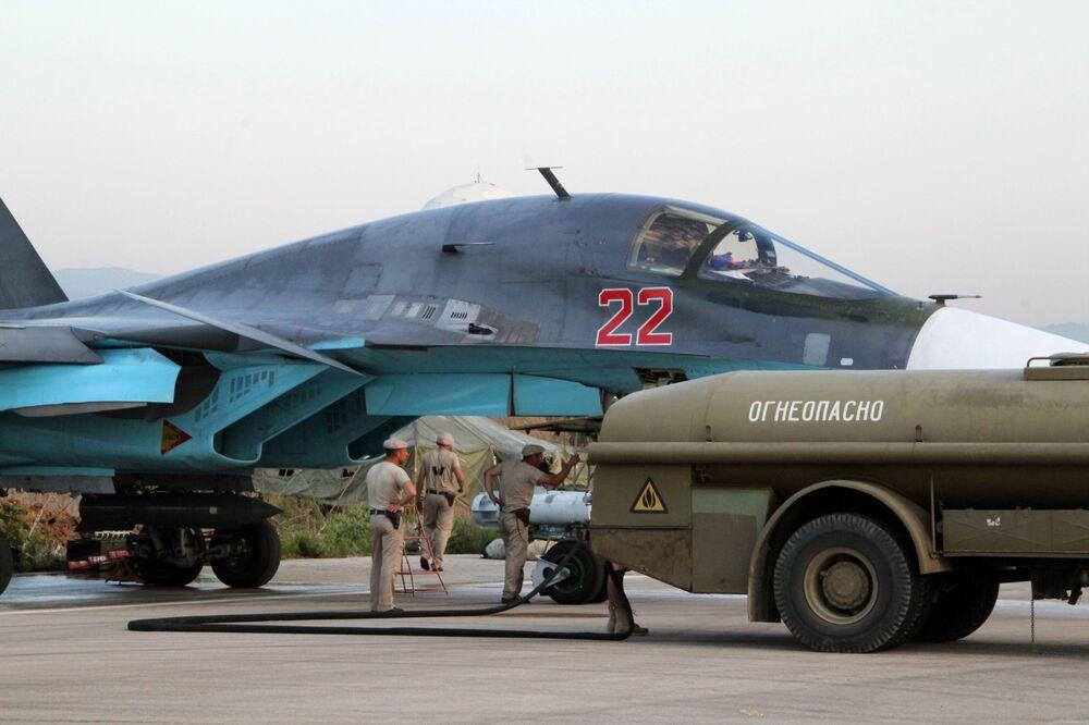 Il personale tecnico alla manutenzione dell'aereo russo Su-34 nell'aeroporto Hmeimim in Siria.