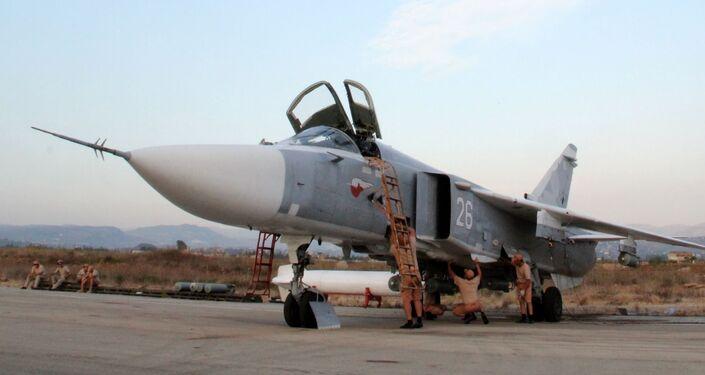 Il personale tecnico alla manutenzione dell'aereo russo Su-24 a Hmeimim in Siria.