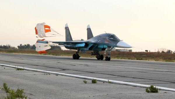 L'aereo russo Su-24 nella base aerea vicino a Latakia, Siria. - Sputnik Italia