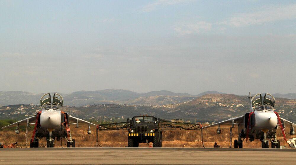 Gli aerei russi Su-24 nella base aerea vicino a Latakia, Siria.