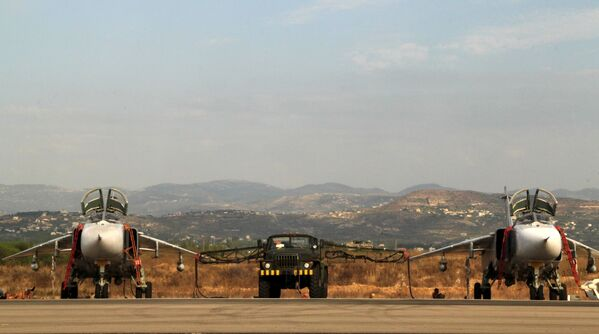 Gli aerei russi Su-24 nella base aerea vicino a Latakia, Siria. - Sputnik Italia