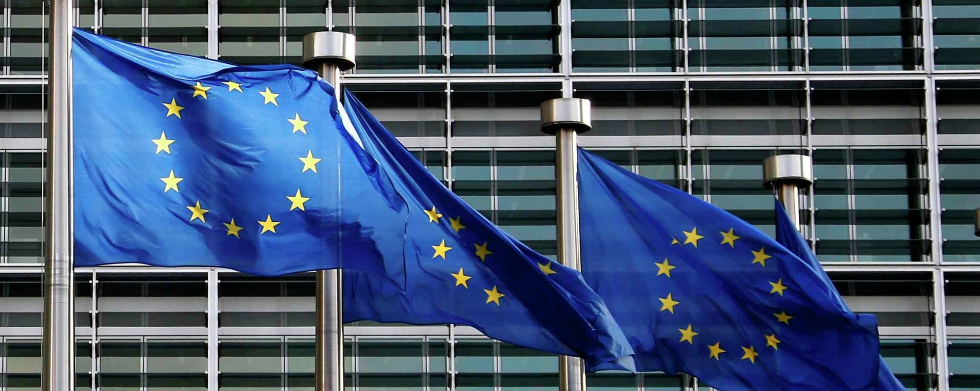 Bandiere Unione Europea di fronte uffici UE a Bruxelles - Sputnik Italia, 1920, 02.06.2021