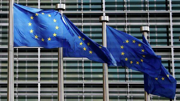 Bandiere Unione Europea di fronte uffici UE a Bruxelles - Sputnik Italia