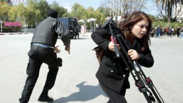 Полицейский и журналист на месте теракта в Тунисе - Sputnik Italia