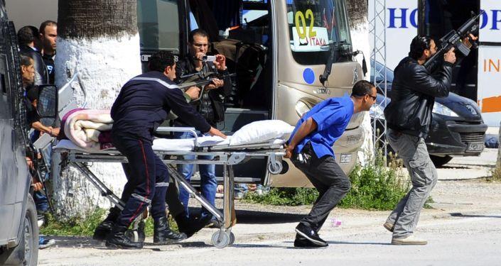 La polizia aiuta ad evacuare  dal Museo del Bardo i turisti feriti