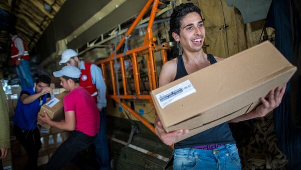 Ragazzi siriani ricevono gli aiuti da un cargo russo - Sputnik Italia