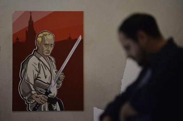 Il ritratto del presidente russo Vladimir Putin con il volto dello scrittore nipponico Yukio Mishima alla mostra Universo di Putin a Mosca. - Sputnik Italia