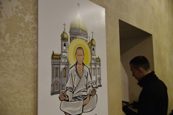 Il ritratto del presidente russo Vladimir Putin con il volto di Buddha alla mostra Universo di Putin a Mosca. - Sputnik Italia