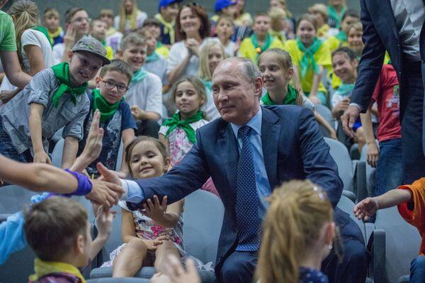 Президент РФ Владимир Путин в центре океанографии и морской биологии Москвариум в Москве - Sputnik Italia