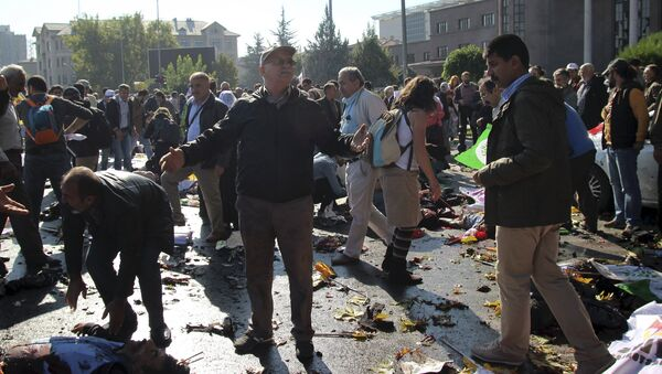 A man reacts after an explosion during a peace march in Ankara, Turkey, October 10, 2015 - Sputnik Italia