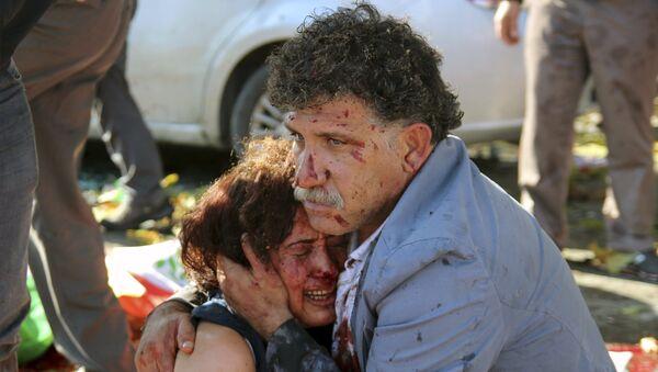 An injured man hugs an injured woman after an explosion during a peace march in Ankara, Turkey, October 10, 2015 - Sputnik Italia