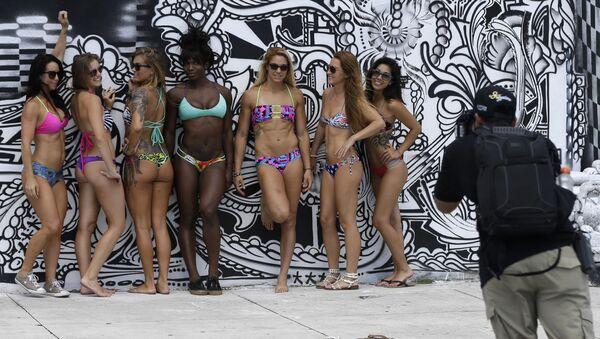 Le ragazze in costumi da bagno durante una sessione fotografica. - Sputnik Italia