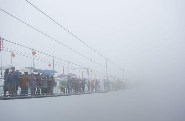 I turisti cinesi sul ponte di vetro sospeso nelle montagne della Cina. - Sputnik Italia