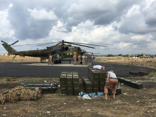 Gli aerei d'assalto russi Mi-24 decollano dalla base aerea di Hmeimim in Siria. - Sputnik Italia