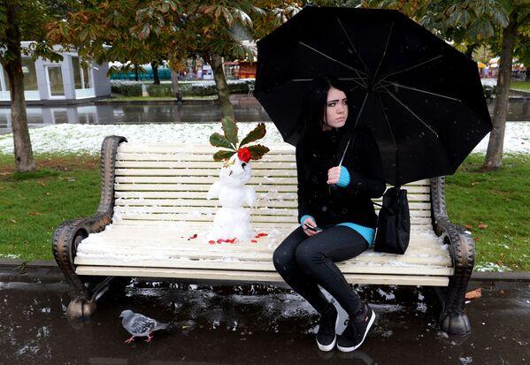 Una ragazza durante la prima nevicata a Mosca. - Sputnik Italia