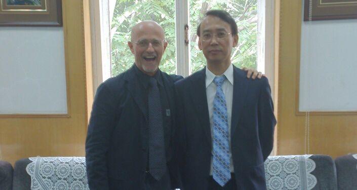 Il chirurgo Sergio Canavero con il professore Xiaoping Ren.