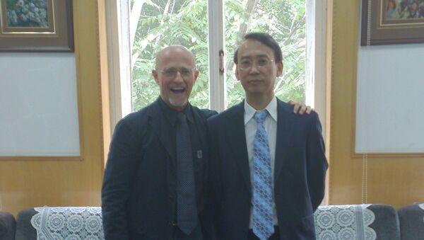 Il chirurgo Sergio Canavero con il professore Xiaoping Ren. - Sputnik Italia