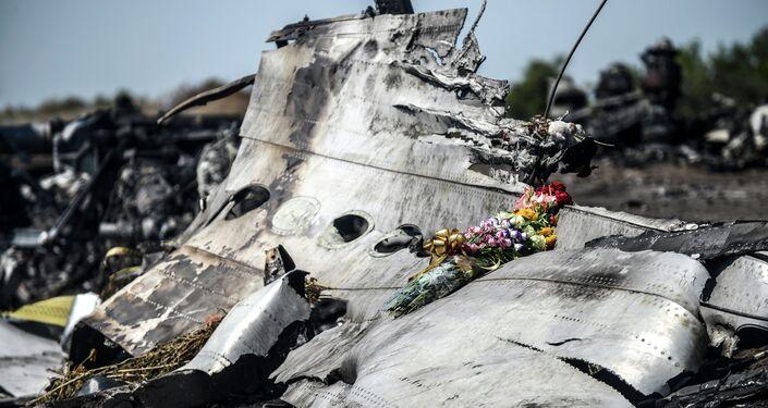 I fiori sul resto del Boeing MH17 abbattuto in Donbass.