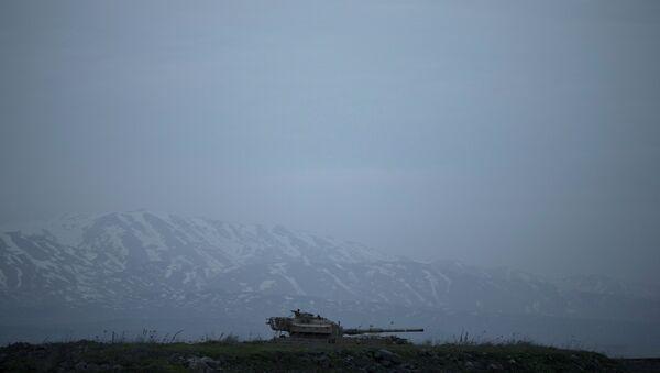 Carro armato israeliano sulle alture del Golan - Sputnik Italia