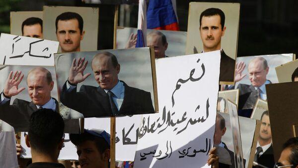 Centinaia di siriani sono radunati davanti all`ambasciata russa a Damasco coi ritratti di Vladimir Putin e Bashar al-Assad - Sputnik Italia