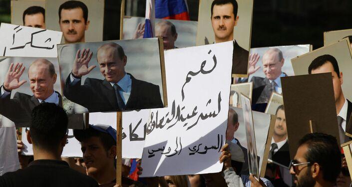 Centinaia di siriani sono radunati davanti all`ambasciata russa a Damasco coi ritratti di Vladimir Putin e Bashar al-Assad