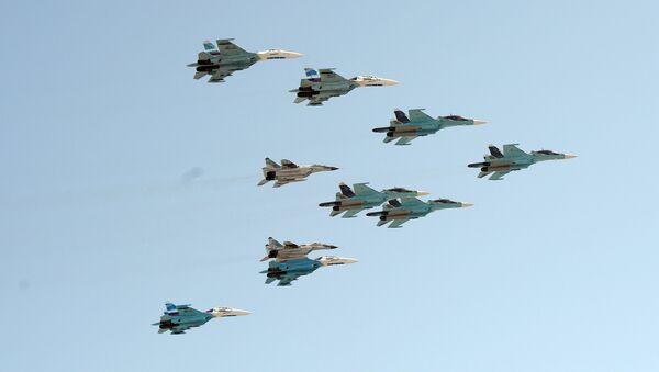 A group of 10 aircraft: Sukhoi 34 aircraft, Sukhoi 27 aircraft and MiG 29 aircraft - Sputnik Italia