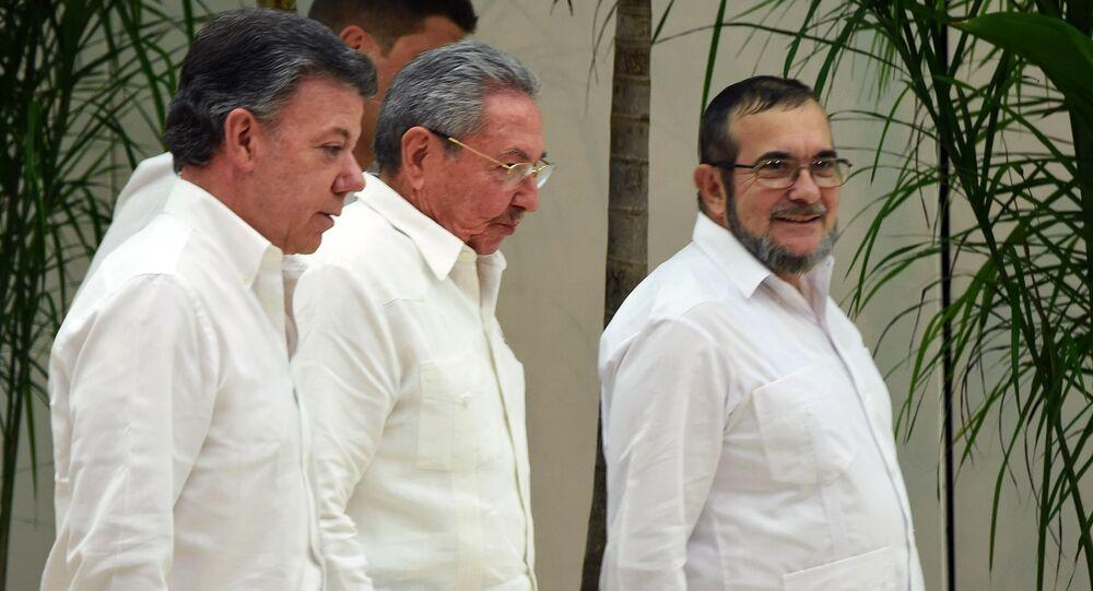 Il presidente della Colombia Juan Manuel Santos, il presidente della Cuba Raul Castro e il capo del FARC Timoleon Jimenez