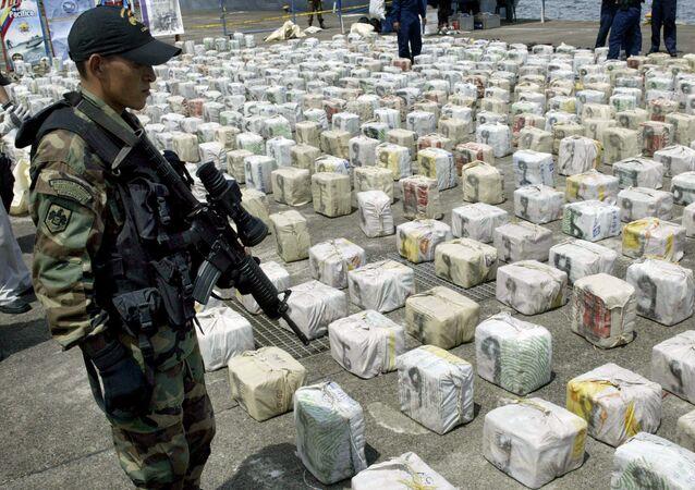 Un soldato colombiano fa la guardia della cocaina