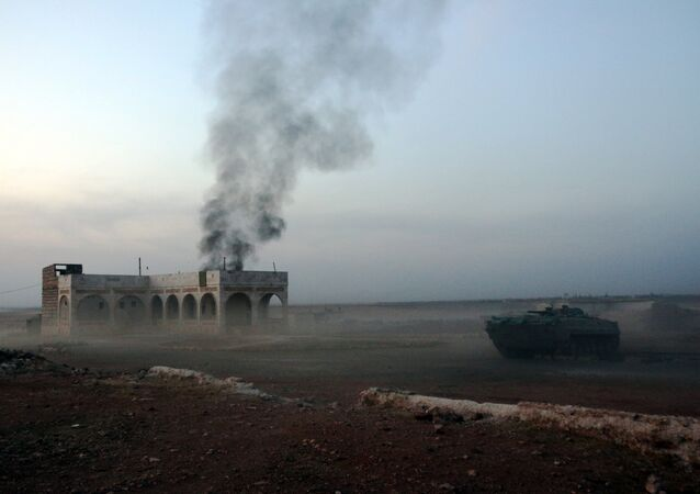 Siria, un carro armato brucia vicino all'area del Monte Azzan.
