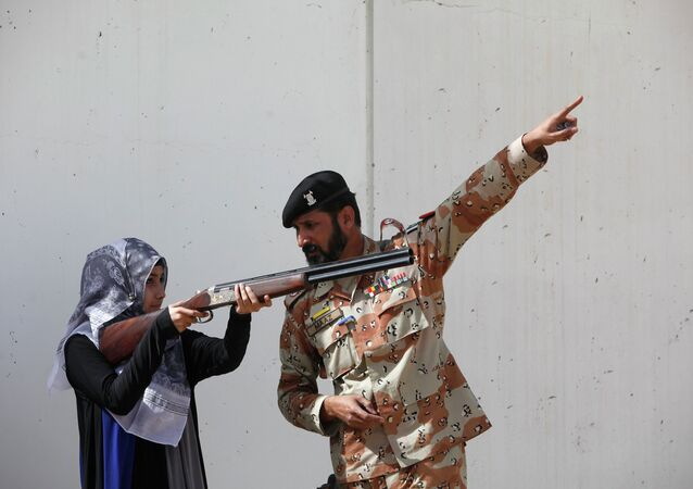La studentessa dell`Universita`  Nadirshaw Eduljee Dinshaw (NED) durante  le esercitazioni anti-terroristiche a Karachi, Pakistan