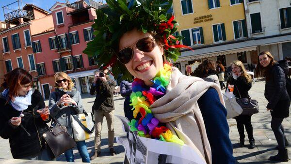 Una ragazza gioisce dopo la laurea a Venezia - Sputnik Italia