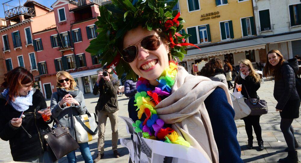 Una ragazza gioisce dopo la laurea a Venezia