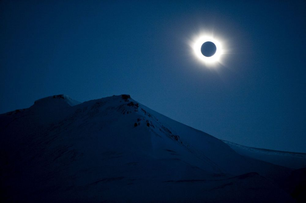 L'eclisse di sole nel cielo di Svalbard, Norvegia.