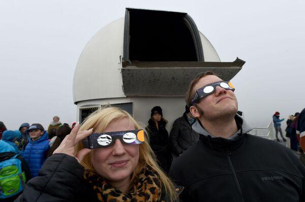 Gli abitanti della città tedesca di Kiel osservano l'eclisse solare. - Sputnik Italia