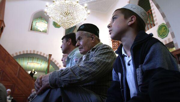 Мусульмане совершают праздничный намаз во время праздника Ураза-байрам в мечети Кебир Джами в Симферополе - Sputnik Italia