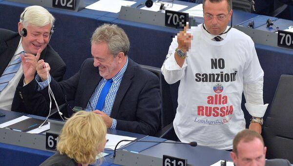 Gianluca Buonanno al parlamento europeo con una maglietta contro le sanzioni antirusse - Sputnik Italia