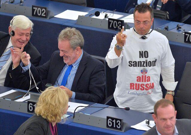 L'eurodeputato Buonanno con la maglietta contro le sanzioni alla Russia