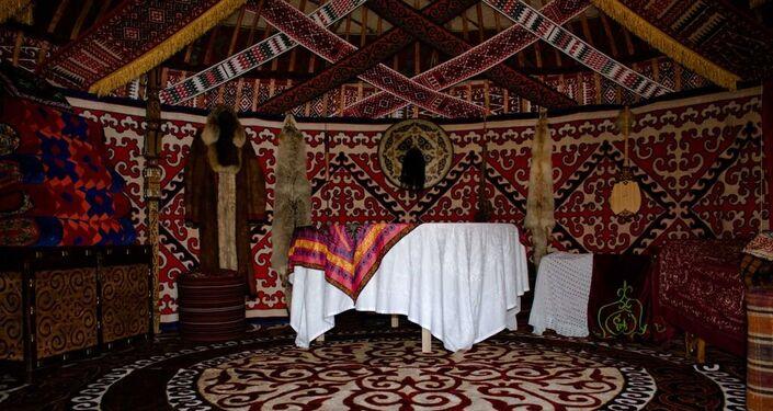 L'interno di una yurta al padiglione kazako di Expo 2015