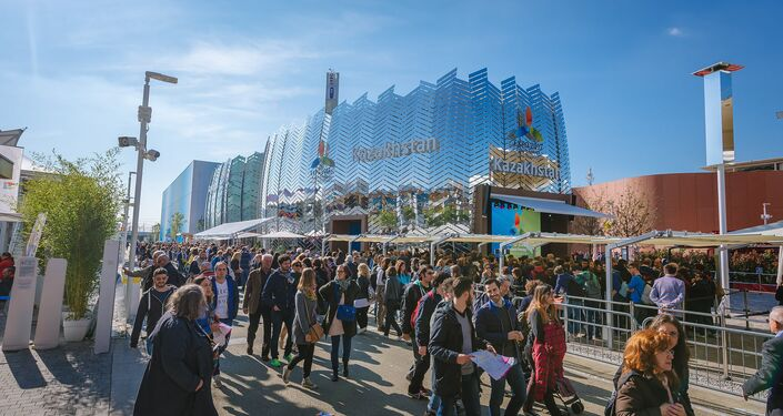 Grande fila al padiglione del Kazakhstan