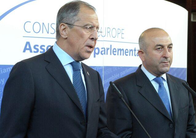 Mevlüt Çavuşoğlu e Sergey Lavrov (foto d'archivio)