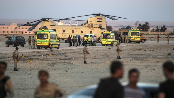 Egyptian ambulances carrying the corpses of Russian victims of a Russian passenger plane crash in the Sinai Peninsula, off load the bodies into a military aircraft at Kabret military air base by the Suez Canal on October 31, 2015 - Sputnik Italia