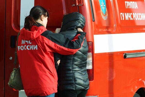 Un psicologo della protezione civile aiuta ai parenti dei passeggeri del volo 9268 all'aeroporto di Pulkovo. - Sputnik Italia