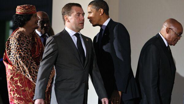 G8 dell'Aquila, Obama stringe la mano a Gheddafi: davanti a loro l'allora presidente russo Medvedev - Sputnik Italia