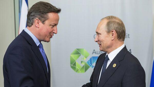 Vladimir Putin e David Cameron si stringono le mani - Sputnik Italia