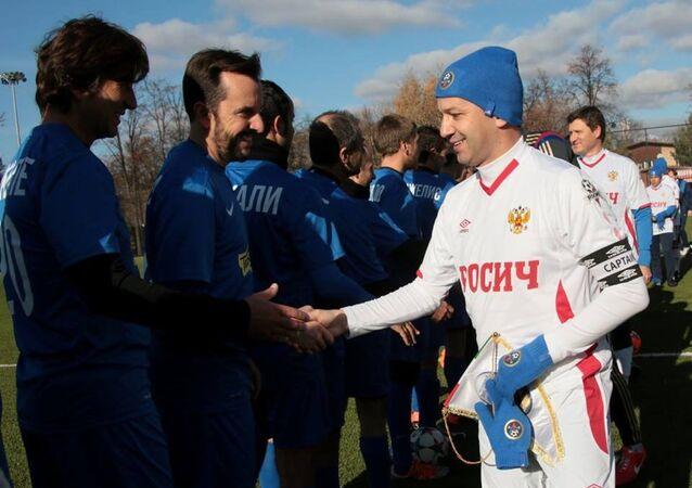 Il vicepremier russo Arkady Dvorkovich stringe la mano ai giocatori della nazionale dei diplomatici italiani