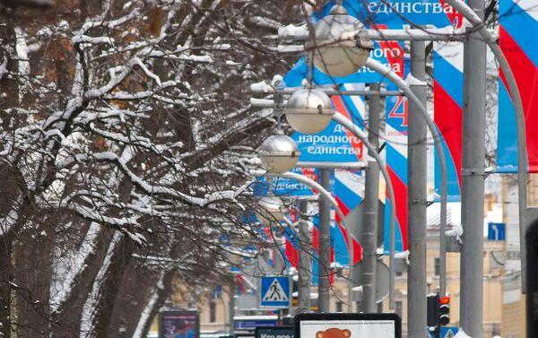 San Pietroburgo, vie abbellite con i colori della bandiera russa per il giorno dell'Unità Nazionale - Sputnik Italia