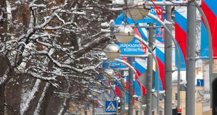 San Pietroburgo, vie abbellite con i colori della bandiera russa per il giorno dell'Unità Nazionale