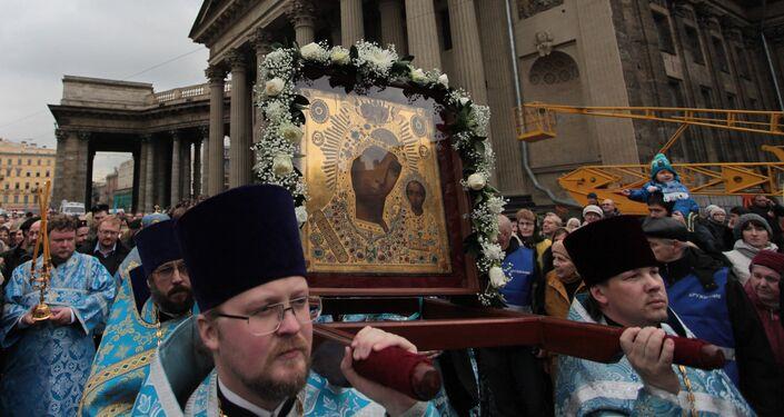 San Pietroburgo, l'icona della Madonna di Kazan esposta di fronte all'omonima cattedrale sulla prospettiva Nevskiy