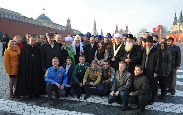 Il presidente Putin posa con i rappresentanti delle varie confessioni religiose sulla piazza Rossa il 4 novembre - Sputnik Italia