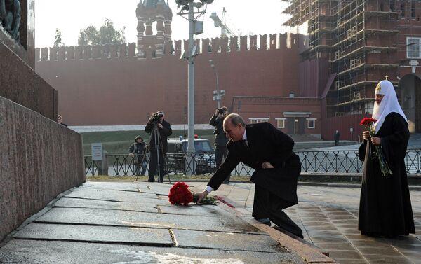 Il presidente Putin e il patriarca Kirill davanti al monumento a Minin e Pozharskiy - Sputnik Italia